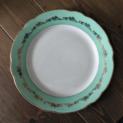 Assiette motifs or sur fond vert
