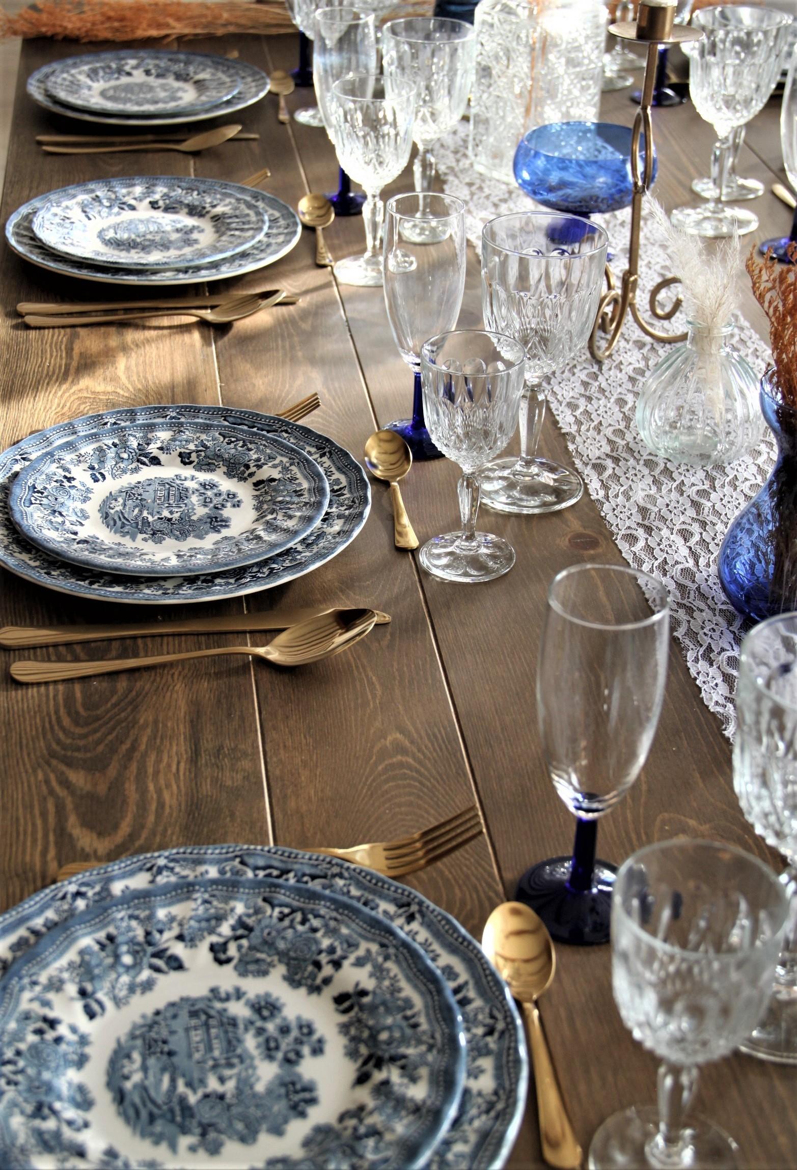 Vaisselle ancienne pour un mariage vintage bleu
