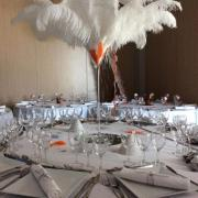 Vase martini avec plumes blanches nse location dunkerque